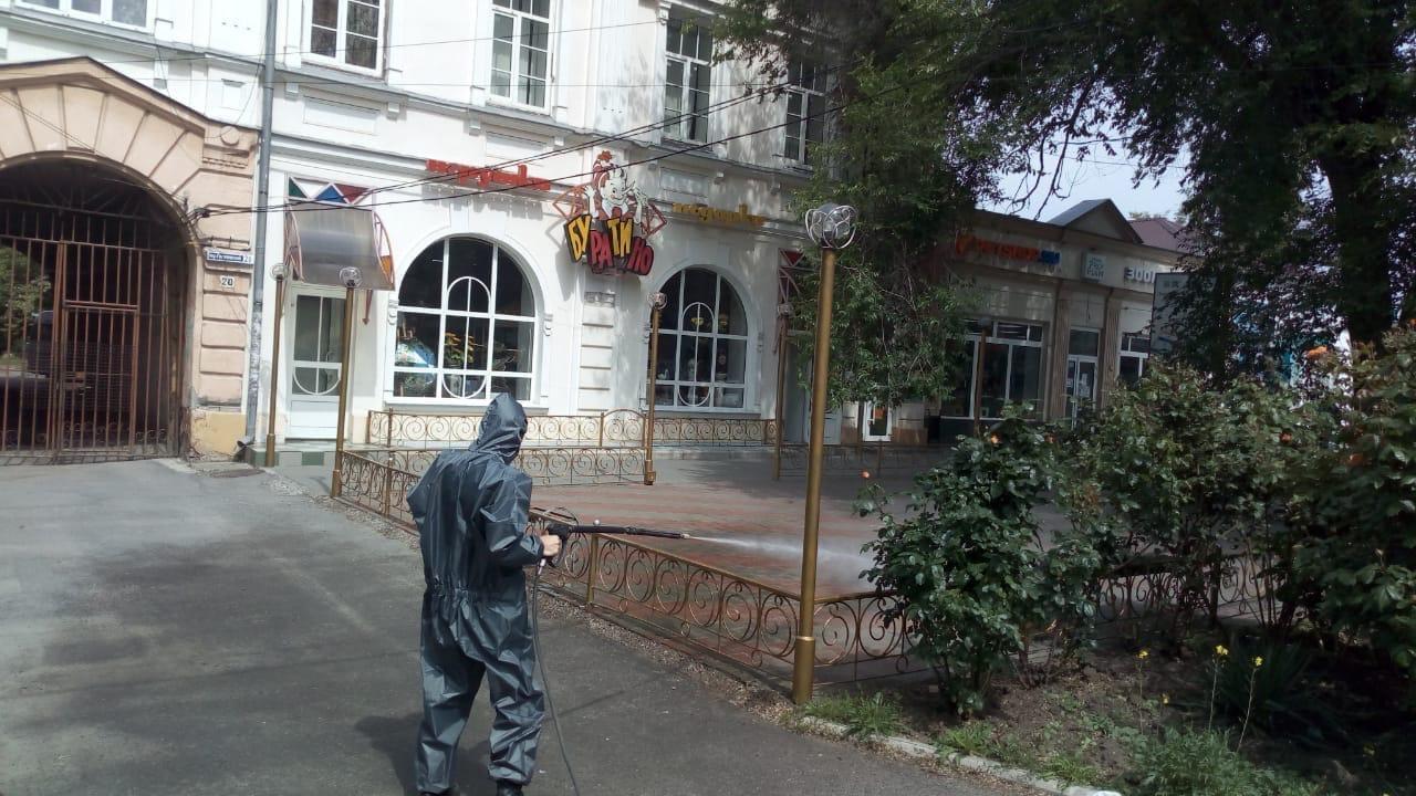 В городе Таганроге проводится санитарная обработка общественных территорий