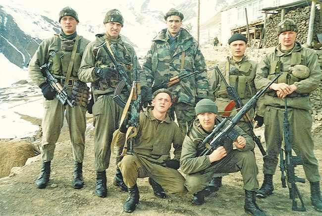 Бойцы разведывательного взвода во время подготовки к боевому выходу
