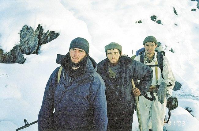 На переднем плане пленные боевики, в белом маскхалате — Александр Егоров
